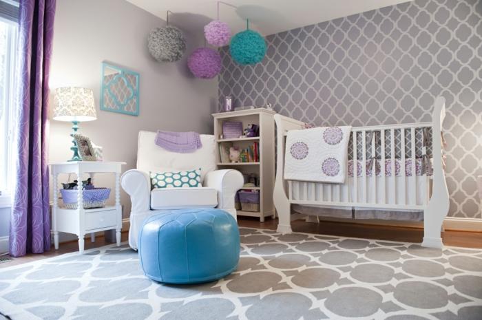 kinderzimmer einrichten blauer hocker bunte papierdekorationen lila blau türkis grau babybett wanddeko lampe