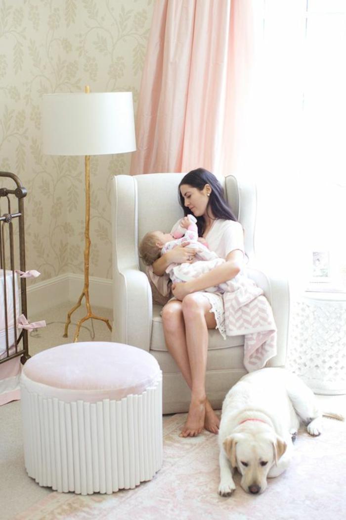 babyzimmer deko mutter und baby hund hocker lampe vorhänge babybett umarmen mutti und mädchen