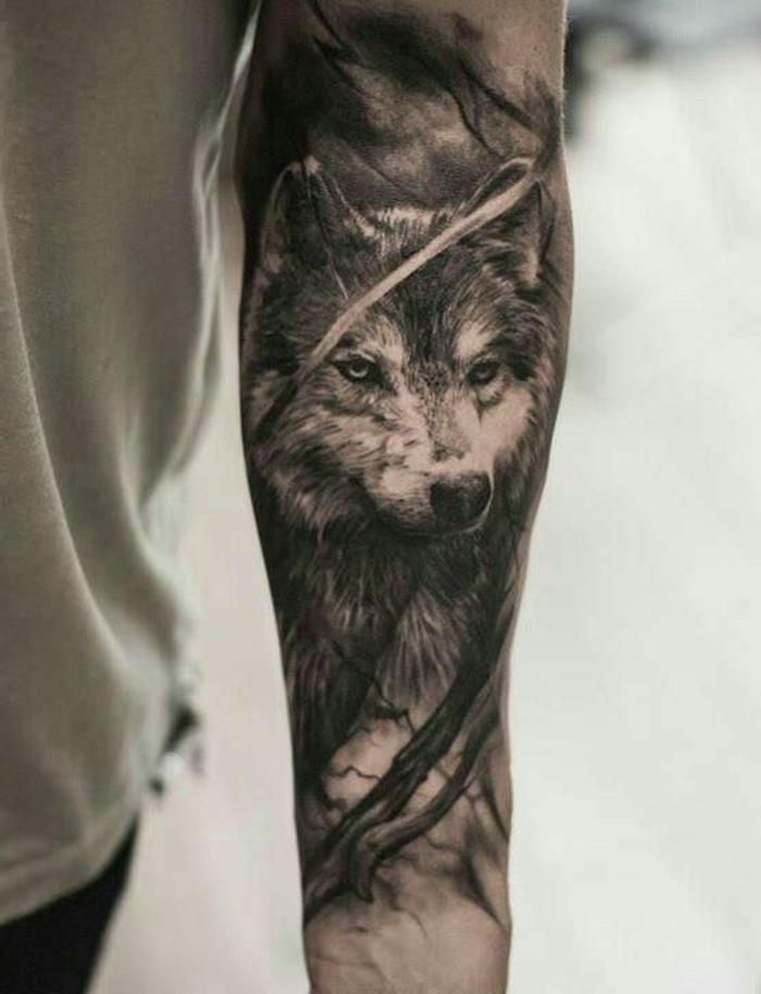 ein hand mit einem schwarzen wolf tattoo - tattoo wolf