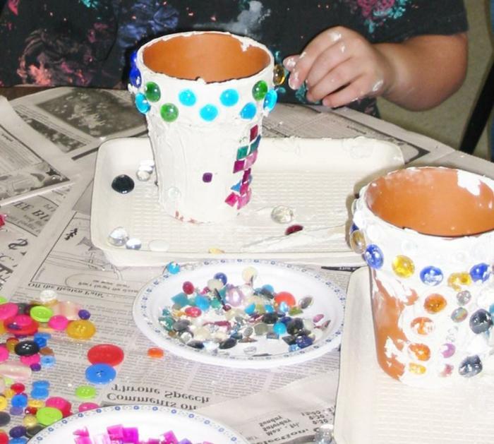 basteln mit blumentöpfen design ideen weiße blumentöpfe bemalen mit bunten perlen dekorieren idee gestaltung