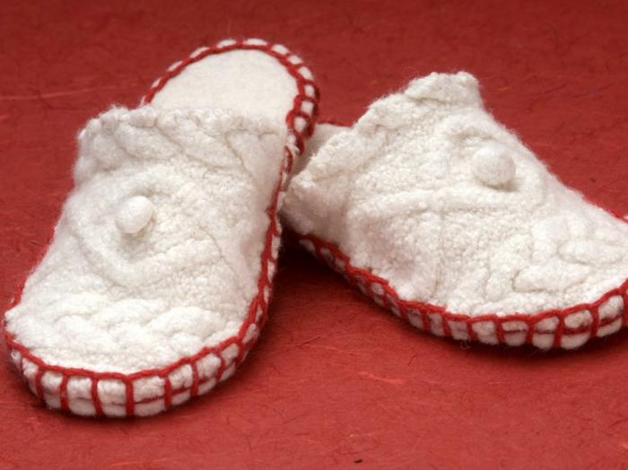 weiße Schuhe mit rotem Faden an den Seiten - Hausschuhe selber machen