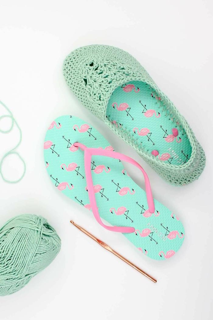 aus alten grünen Flip Flops Hausschuhe selber machen mit rosa Flamingo Muster
