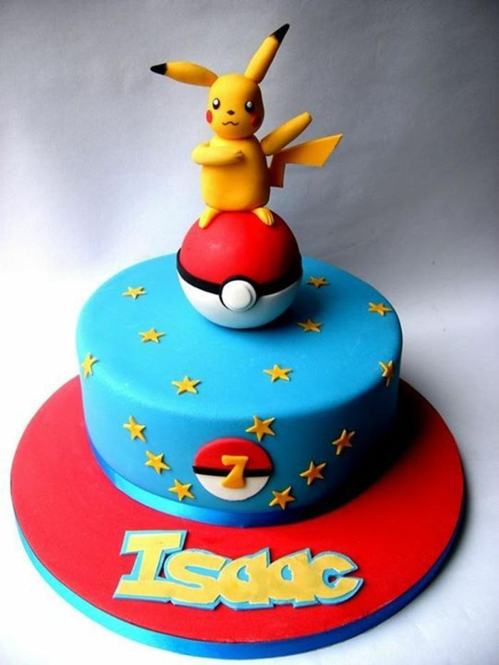 schöne blaue pokemon torte mit einem roten pokeball, einem gelben pikachu und gelben sternen