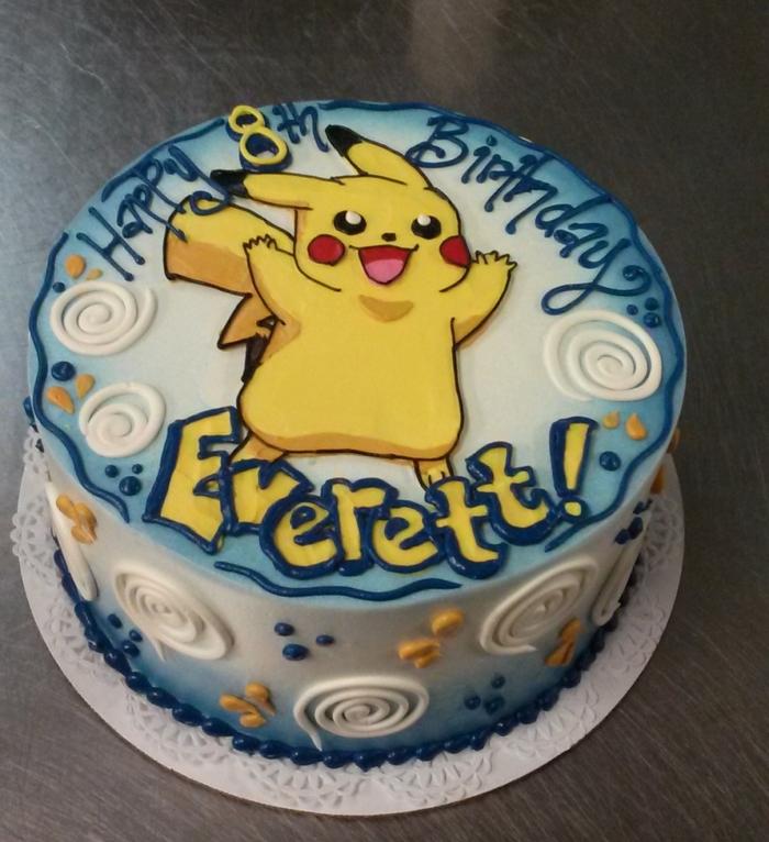 eine idee für blaue pokemon torte mit einem gelben pokemon wesen pikachu