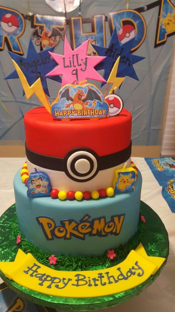 tolle idee für eine zweistöckige pokemon torte mit einem roten pokeball, gelben blitzen, drachen pokemon, dragon pokemon