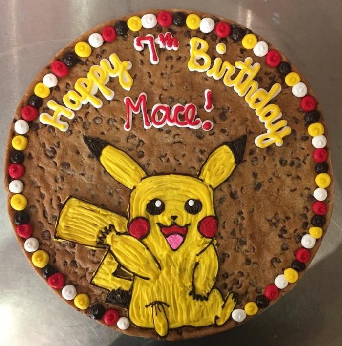 schoko pokemon torte mit einem gelben pokemon wesen pikachu, gelben pralinen, weißen pralinen