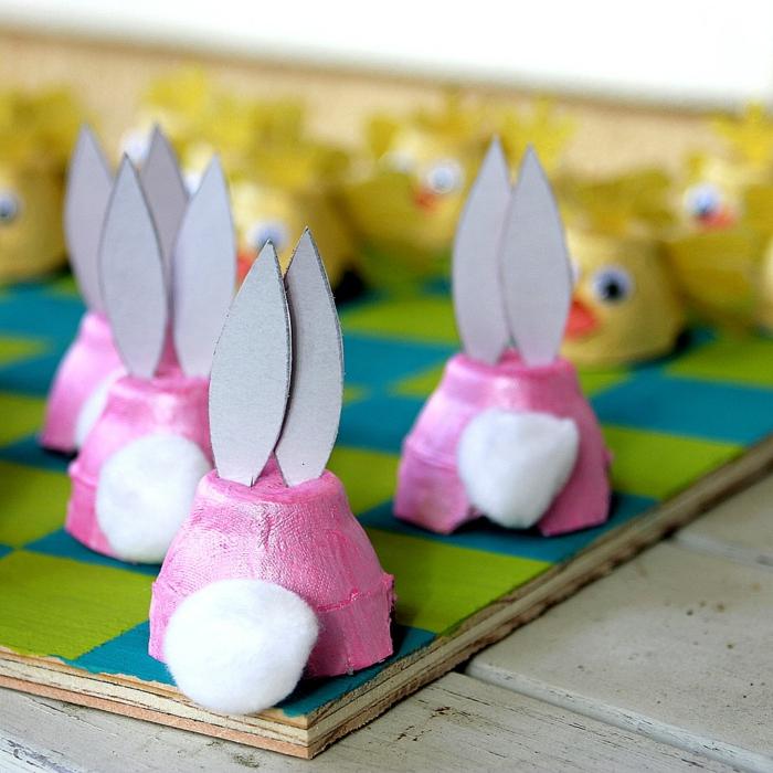 Basteln mit Eierschachteln in rosa Farbe Osterhasen von hintern