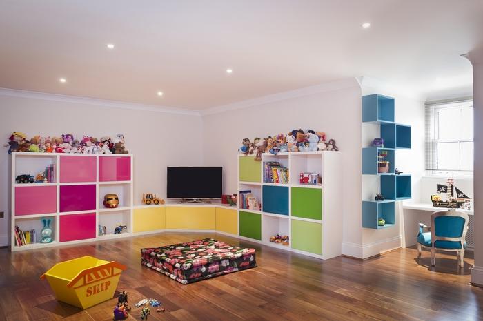 kinderzimmer einrichtung, parkett, echtholzboden, bunte moebel, interieur