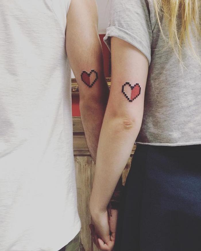 tattoos fuer paare, die sich ergaenzen, zwei herze, arm tattoos, rot und schwarz