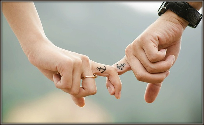tattoos fuer paare, kleine finger tattoos, anker, schoene idee fuer partner