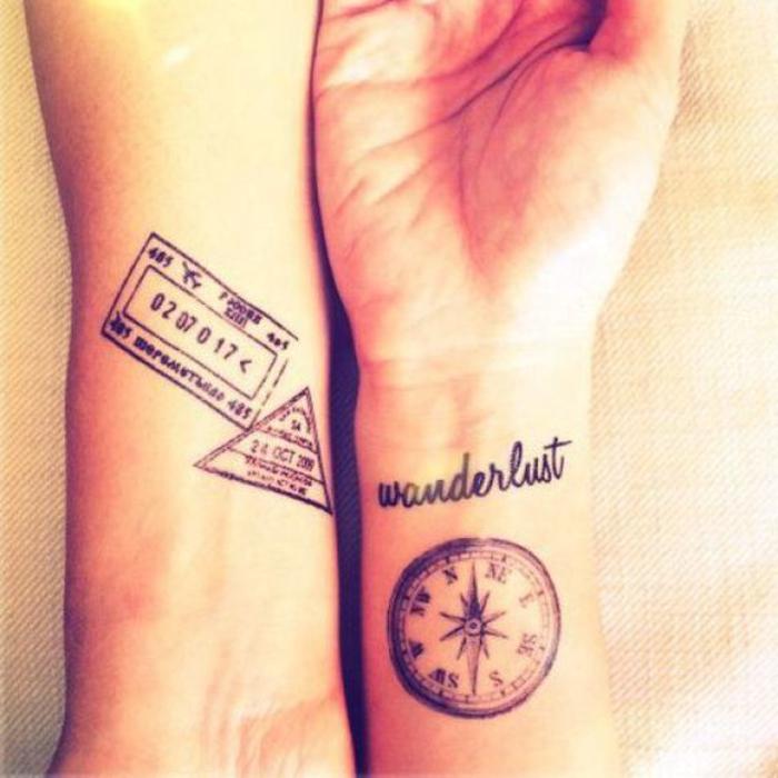 tattoos fuer partner, kompass und flugticket, idee fuer reiseliebhaber