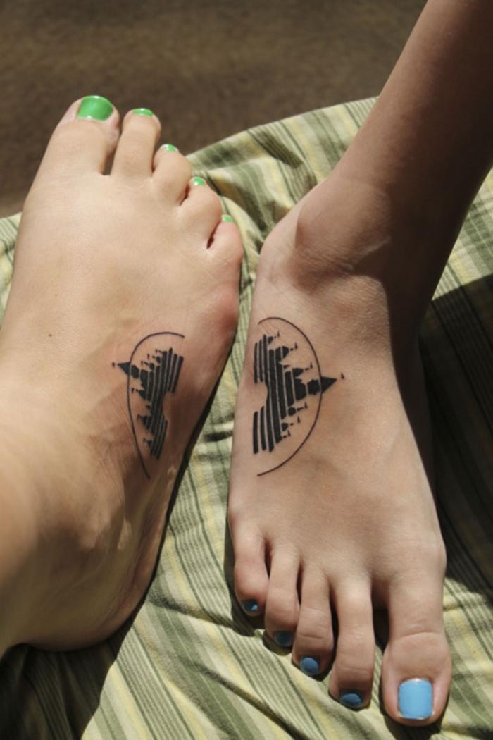 tattoos fuer zwei, disney motiv, schloss, fuss tattoo, tattoos, die sich ergaenzen