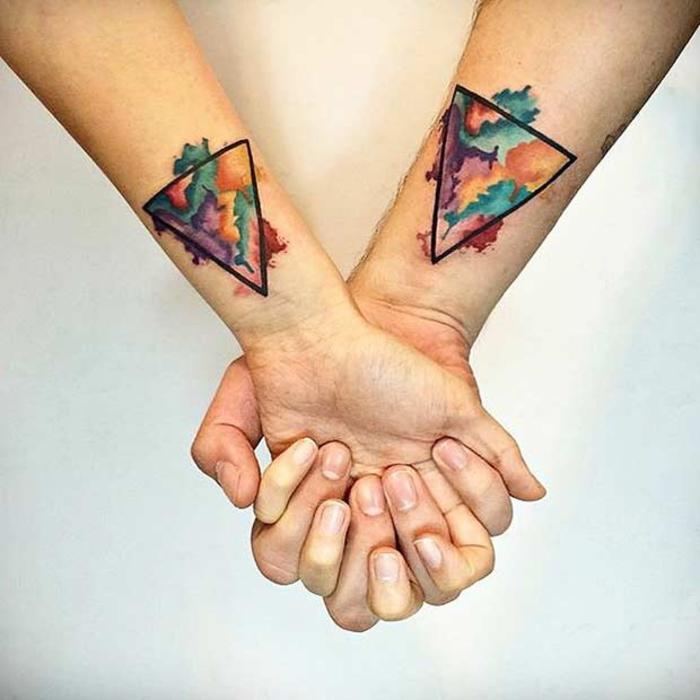 tattoos fuer zwei, abstrakt, zwei bunte dreicke, arm tattoos fuer partner, liebesbeweis
