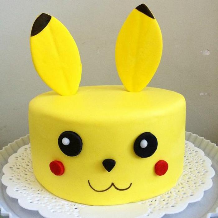 hier ist eine idee für eine gelbe pokemon torte - ein gelbes pokemon wesen mit roten backen und schwarzen augen