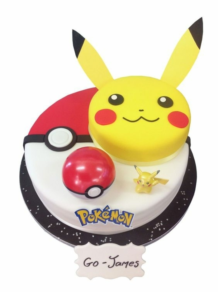leckere pokemon torte - ein gelbes lächelndes pikachu und ein roter pokemon ball