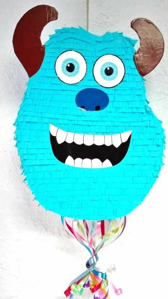 blauer ungeheuer mit großen zähnen und blauen augen