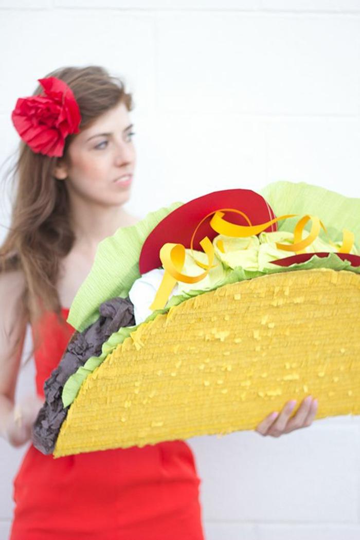 große rote blume, frau mit braunen langen haaren und rotem kleid, taco