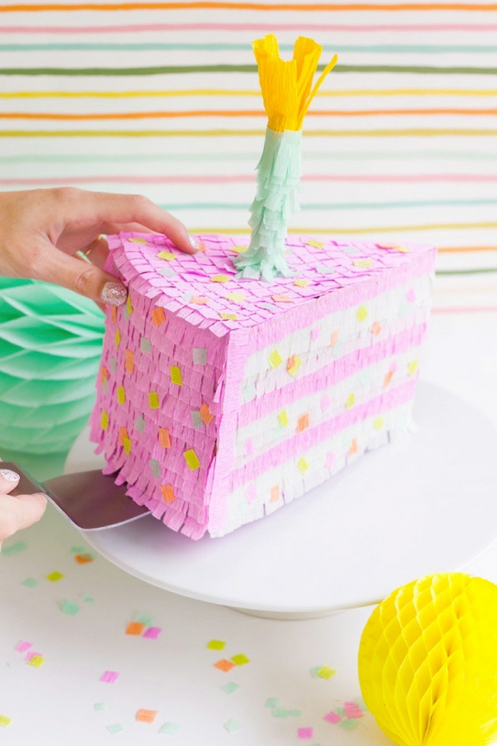 pinata basteln, stück torte, kerze, krepppapier, weißer teller, geburtstag