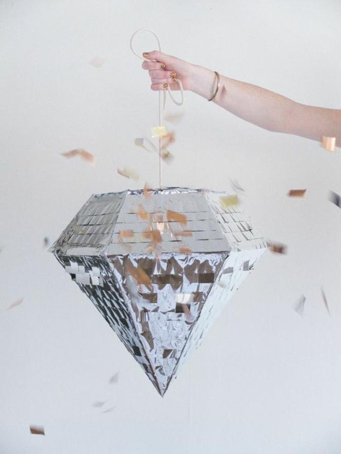 große diamant verziert mit silbernem papier, seil, pinata