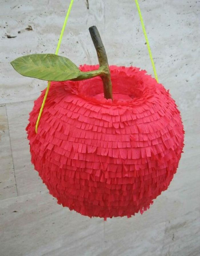 pinata-apfel, rote servietten, grünen faden, diy