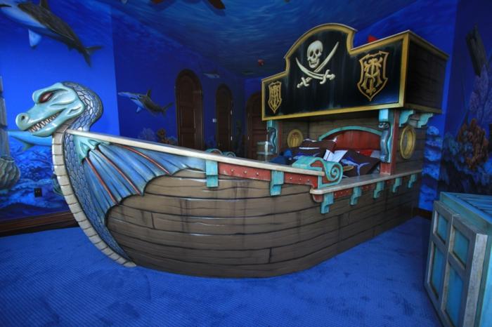 das Kind schläft ruhig in einem Piratenschiff Bett - Piraten Möbel