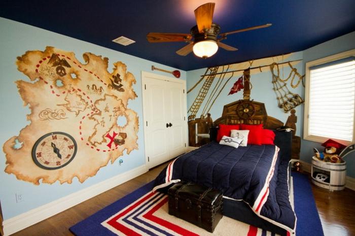 Kinderzimmerdeko Wandgestaltung mit einer Schatzkarte und Netze, Steuerrad an der Wand
