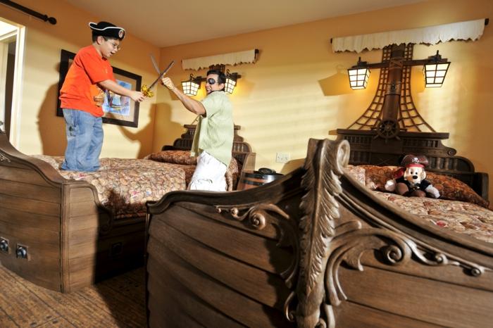 Piraten Möbel - Vater und Sohn spielen mit künstlichen Säbeln auf Piratenschiff Betten