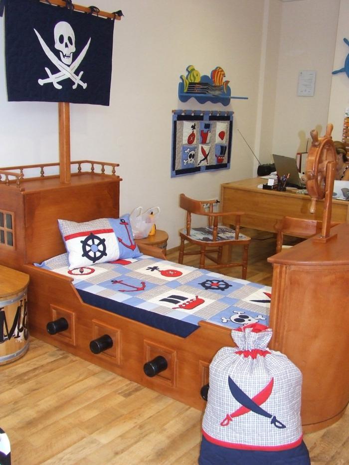 ein Bett wie Schiff mit Totenkopf Symbol und ein Sack für die Spielzeuge, Schreibtisch am Hintergrund