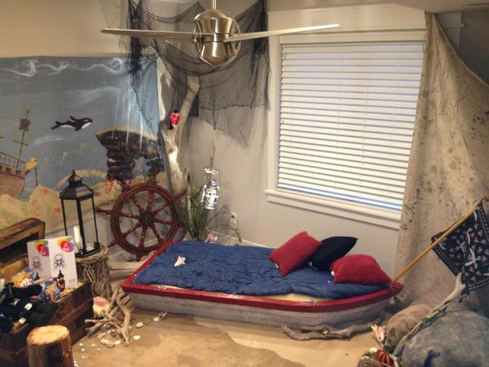 ein niedriges Boot Bett Wandgestaltung Kinderzimmer mit einem Bild wie unter Wasser Steuerrad