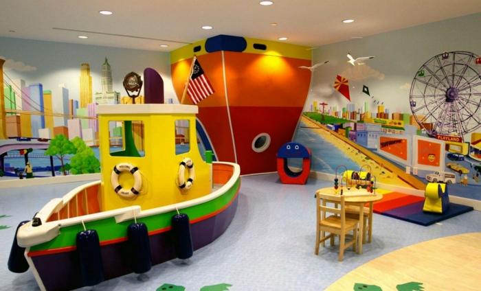 ein Spielzimmer für Kinder mit Boote und Schiffe Figuren und schöne Wandgestaltung