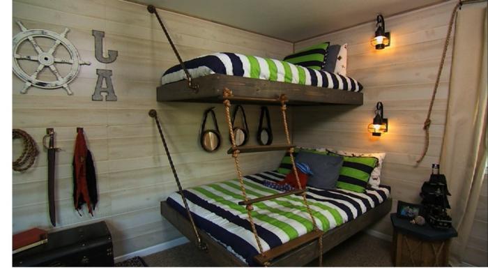 Strickleiter bis zum zweiten Bett, Steuerrad an der Wand grüne Bettwäsche zwei Lampen