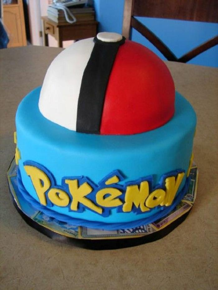 tolle idee für eine blaue pokemon torte mit einer gelben überschrift und einem roten pokeball
