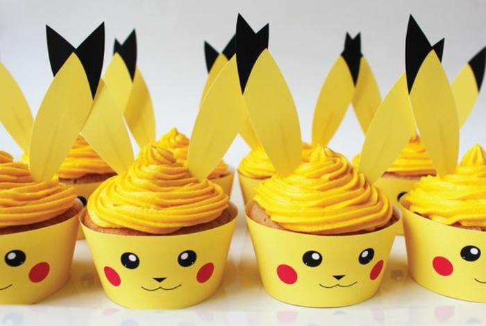 hier sind kleine gelbe pokemon wesen pikachu -gelbe pokemon kuchen mit einer gelben creme