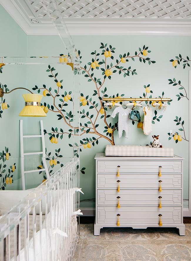 babyzimmer komplett in mintgrün und gelb, zitronen bäume als tapete oder wanddeko malen