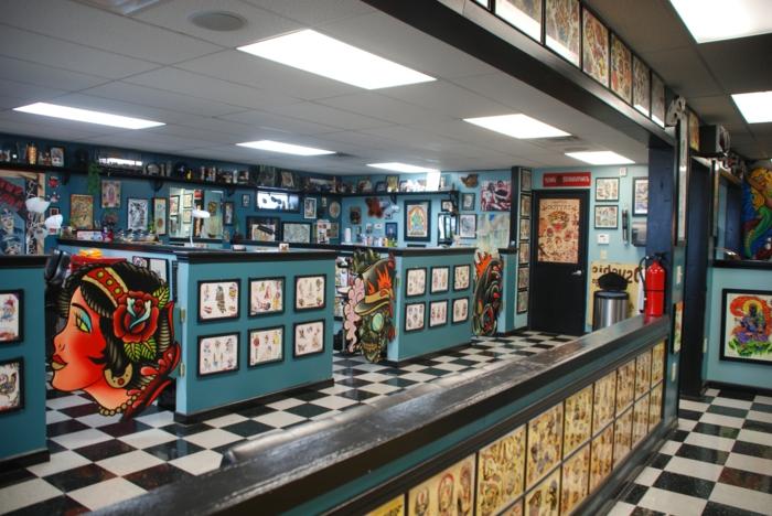 ein Restaurant mit 50er Jahre Deko aus vielen Elemente, blau gestrichen, zahlreiche Wandbilder