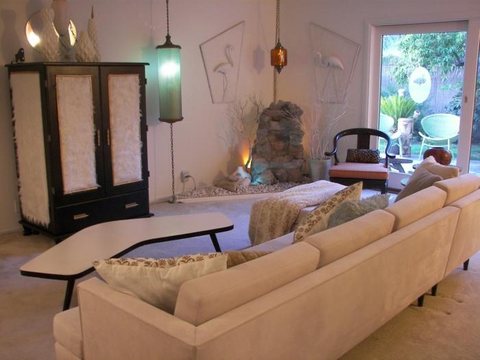 gemischte Stils in einem Wohnzimmer 50er Jahre Deko weißes Sofa Ecktisch und Regal