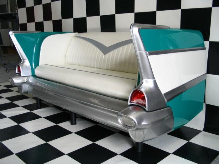 Kofferraum ist in einen Sessel verwandelt in grüner und weißer Farbe - 50er Jahre Deko