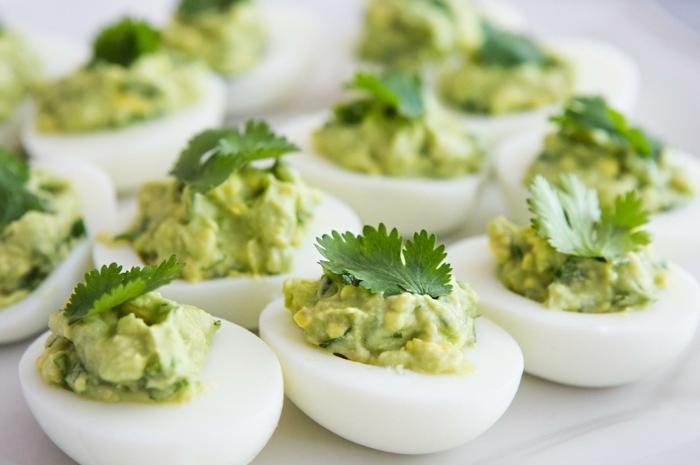 vegetarisch kochen ideen ohne brot vorspeise aus eier eiweiß mit guacamole und petersilie
