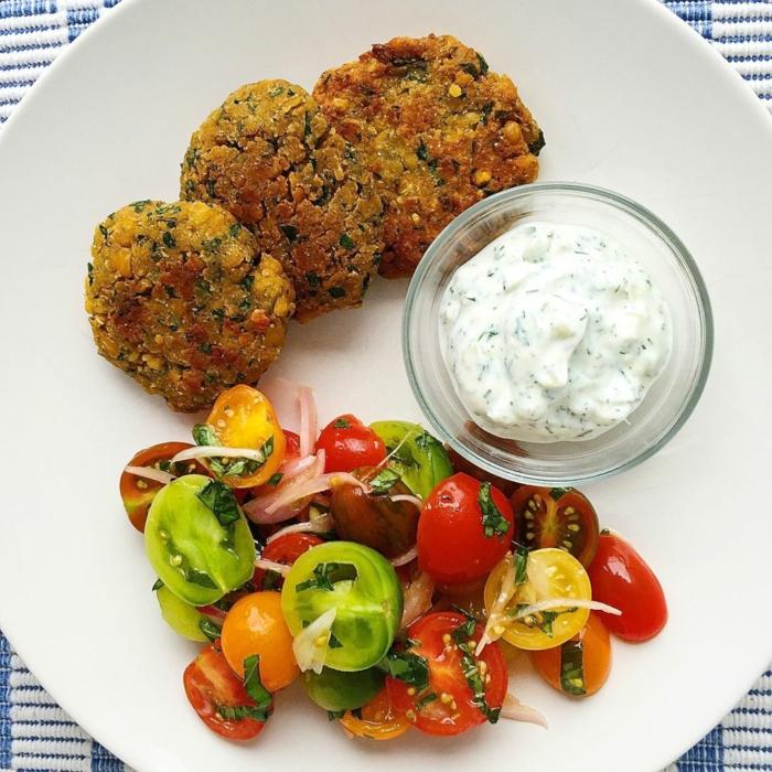 vegetarische rezepte schnell zubereitung frikadellen ohne fleisch tomaten salat mit zwiebel weiße soße