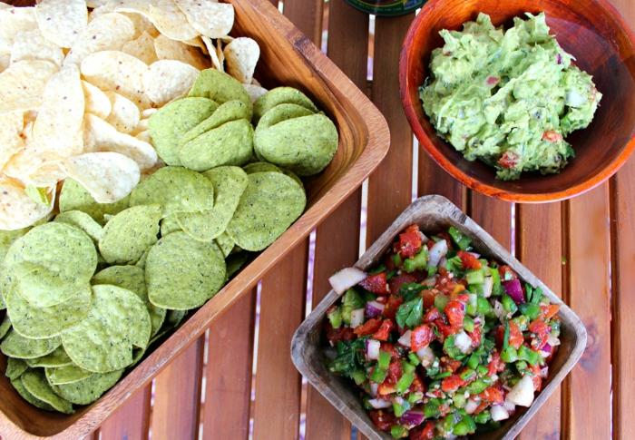 vegetarisches essen selber zubereiten chips mit guacamole und frischem salat kombinieren speise