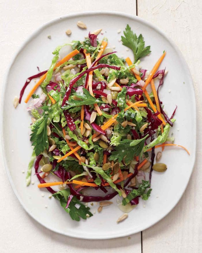 schnelle vegetarische rezepte salat einfach gemüse zusammen mischen kerne zugeben und speise genießen