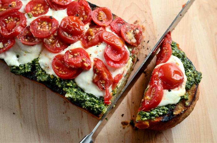 vegetarische rezepte für bruschetta mit pesto tomaten mozzarella und viel pfeffer und salz frühstück