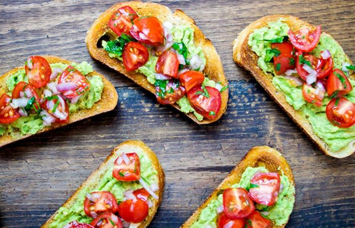 rezepte vegetarisch zum frühstück am morgen schnell etwas zubereiten sandwich vegan guacamole