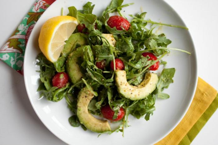 gesunde vegetarische rezepte zum abendessen avocado salat mit rucola tomaten und zitrone