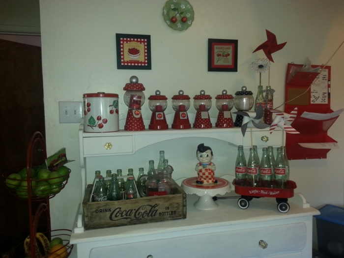Rockabilly Küche mit Bonbon Automaten kleine Figur und viele Coca Colla Flaschen