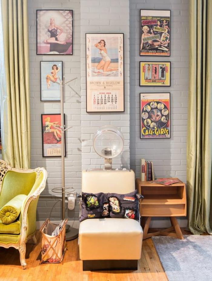 Posters an der Wand ein Sessel wie eine alte Maschine zum Frisieren - Retro Deko