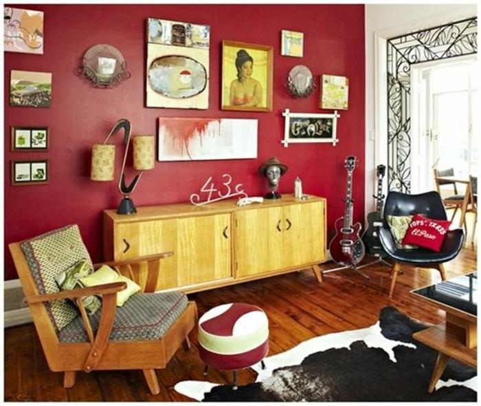 Retro Deko - eine Menge Wandbilder, zwei Gitarren, zwei vintage Stühle und Hocker, ausgefallener Teppich