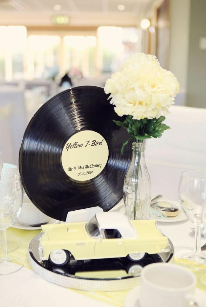 50er party für die Hochzeit - kleines gelbes Auto und Schallplatte als Geschenke für die Gäste
