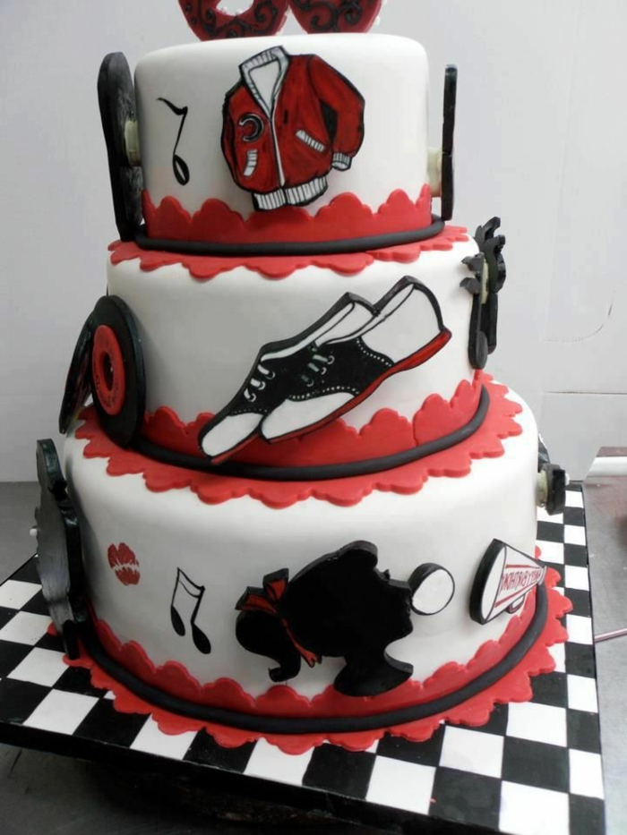 50er Party mit schöner Torte voller Symbole der Rockabilly Musik aus Fondant