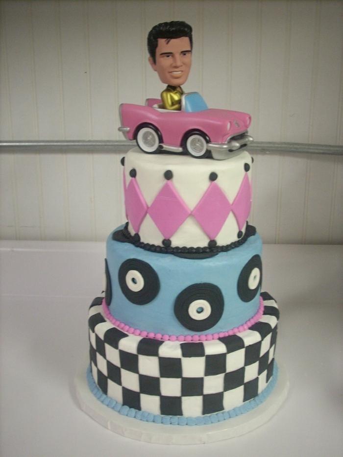 Elvis fährt ein rosa Auto als Deko der Torte - perfekt für 50er Party